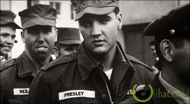 Elvis jadi tentara