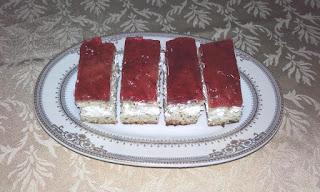 Articole culinare : Prajitura cu mac,mascarpone si jeleu de visine