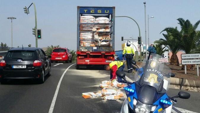 Resultado de imagen de mercancia caida de un camion