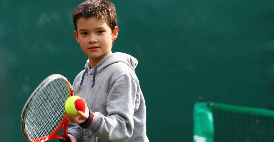 Η άθληση στο παιδί μόνο οφέλη μπορεί να αποφέρει! Παρακάτω θα εξετάσουμε τι  μπορεί να προσφέρει το τένις στο παιδί 1dc9deaa4dd