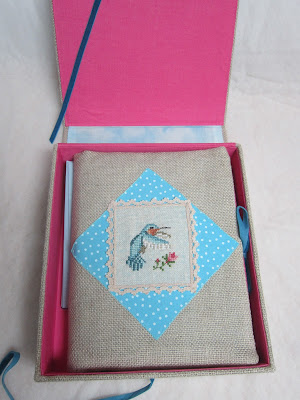 caja para correspondencia, mail box, boite a lettres, cartonnage, bordado, broderie, embroidery, punto cruz, point croix, cross stitch, colibri, hummingbird, funda cuaderno, couvercle cahier, notebook case