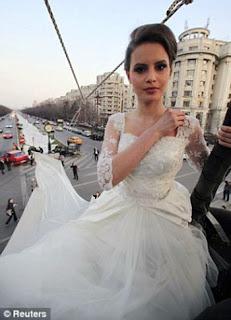 أغرب طرحة زفاف في العالم بلغ طولها 2 كيلو متر