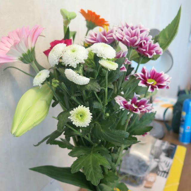 זר הפרחים שקניתי לחדר שלנו בבית המלון באמסטרדם
