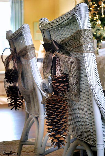 Decoratii tematice de  Craciun cu conuri de brad uriase si globulete pentru scaune