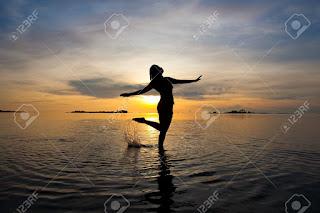 DANZA LOCURA MÍA 14MUJER%2BDANZANDO%2B-%2B682155-Silueta-de-mujer-bailando-en-el-mar-poco-profundo-al-amanecer-Foto-de-archivo
