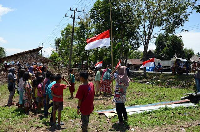 Warga Korban Eksekusi Sampoddo Juga Gelar Upacara Bendera, Tapi Hanya Setengah Tiang