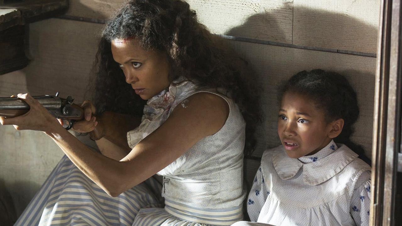 Fotografía de Maeve y su hija en el 2x08 de Westworld, Kiksuya