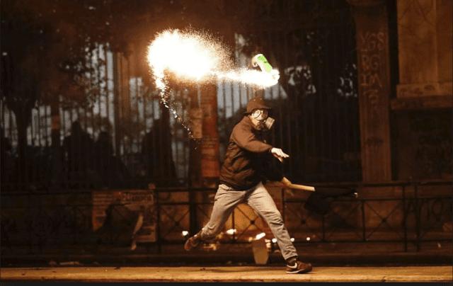 Άβατο τα Εξάρχεια: Μαχαίρωσαν λιμενικούς, τους πήραν και τα όπλα