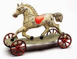 Un  bonito caballo de juguete  blanco con ruedas.