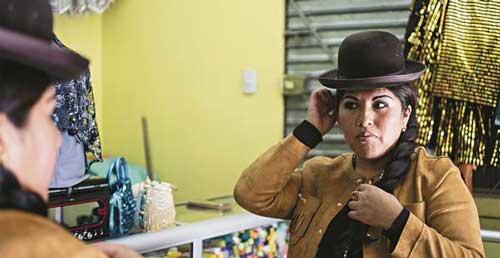 Eliana Paco, orgullosa cholita que alza vuelo
