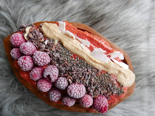 Smoothie bowl z malinami i jagodami acai