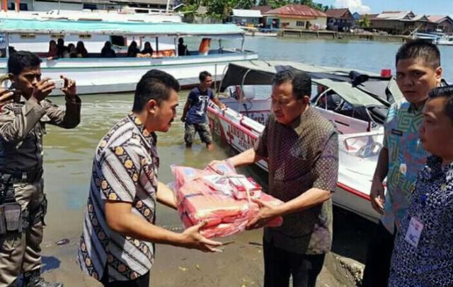 Bupati Sinjai Serahkan Kapal Ambulance Jenazah di Pulau Sembilan