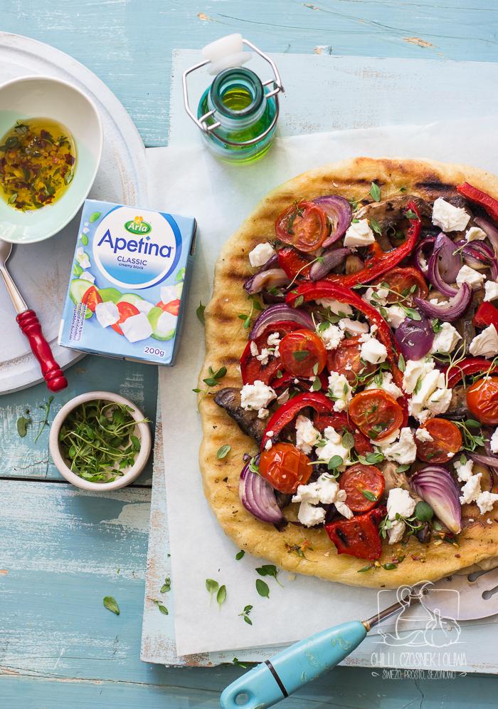 Domowa pizza z grilla z warzywami i serem śródziemnomorskim
