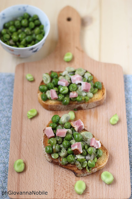 Bruschette con fave, piselli, pancetta e ricotta salata