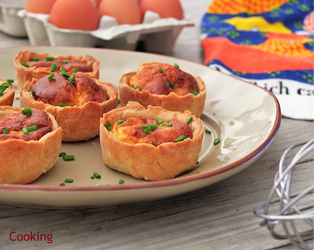 Quiche Lorraine, uma tarte salgada preparada com bacon, ovos e natas, servida quente ou fria.