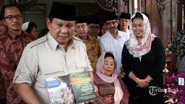 Prabowo Dapat Hadiah Buku Biografi Gus Dur dan Keagamaan dari Sinta Wahid