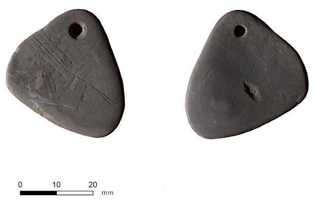La pieza única con líneas grabadas es uno de los ejemplos más antiguos del arte mesolítico del Reino Unido.