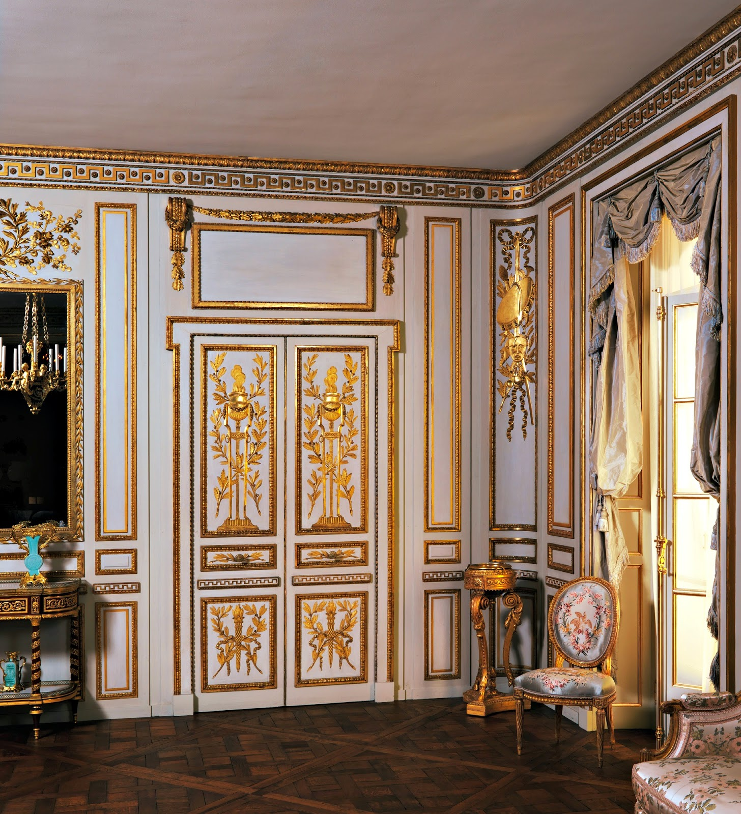 An 18th century athènienne sits in the corner of a room used for entertaining.