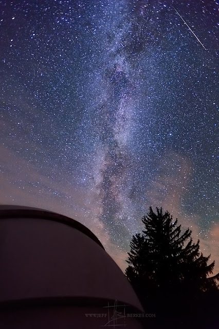 Trung tâm Ngân Hà rực sáng cùng sao băng Perseid ở một Đài quan sát thiên văn thuộc Công viên Cherry Spring, phía bắc Pennsylvania. Ảnh: Jeff Berkes.