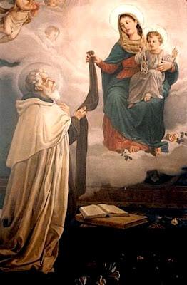 En la imagen la Virgen del Carmen entraga a San Simon Stock el habito-escapulario