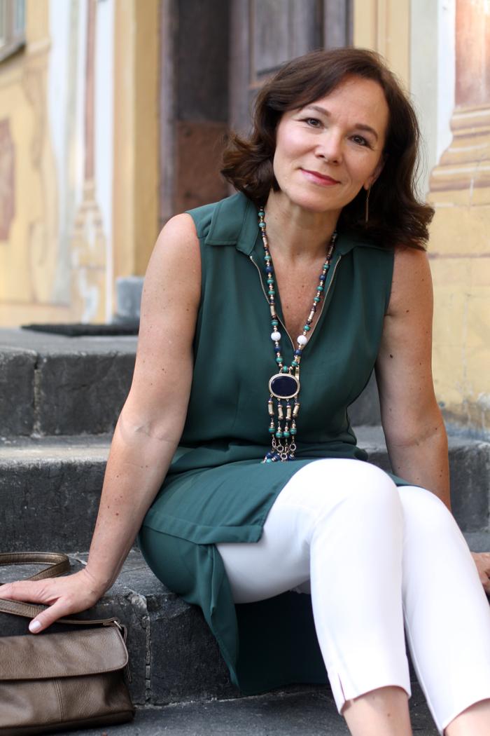 Grünes Zara Kleid als Tunika über Hose getragen