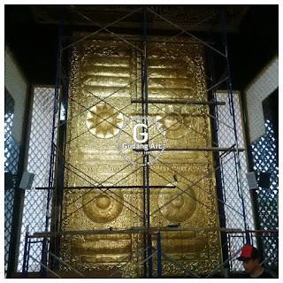 Proses pemasangan mihrab pintu ka;bah