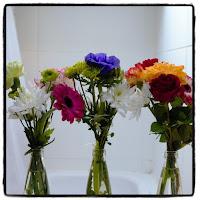 petits bouquets de fleurs dans bouteilles en verre