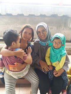 Jual Snack Sambil Gendong Anak, Demi PengobatannyA