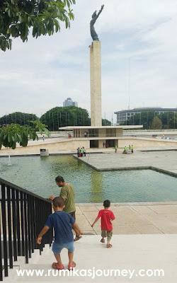 monumen pembebasan irian barat di taman lapangan banteng