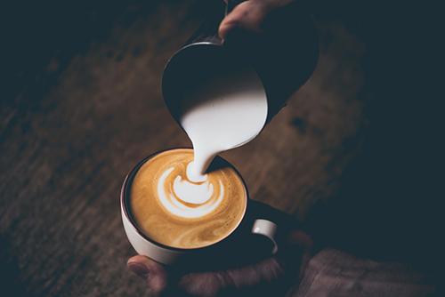 هل خلط القهوة بالحليب يشكل خطرا على صحتي ؟