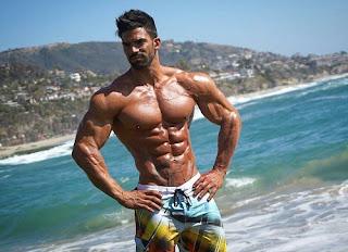 Hombre musculoso en la playa