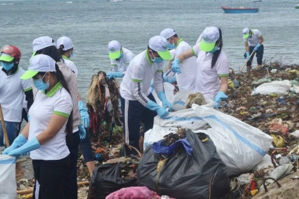 Các bạn trẻ Lý Sơn nhặt rác làm sạch đảo trong dịp về quê ăn Tết.