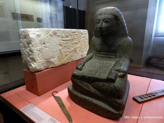 Escriba en el museo del Louvre, París