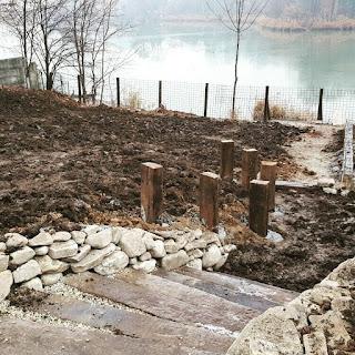 Santier amenajare gradina. Firma constructii gradina taluz, trepte din lemn, gradina pe marginea lacului, teren in panta, taluz, zid de sprijin.