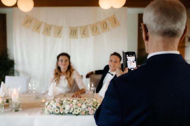 Zdjęcie Pary Młodej przy stole na sali weselnej.
