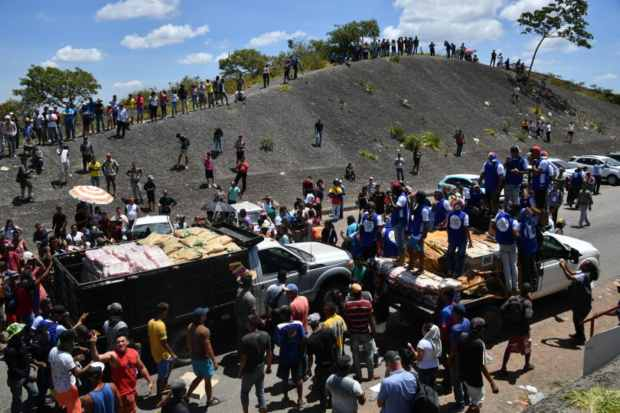FuenteRetiran camionetas con ayuda humanitaria de frontera brasileña, por precaución