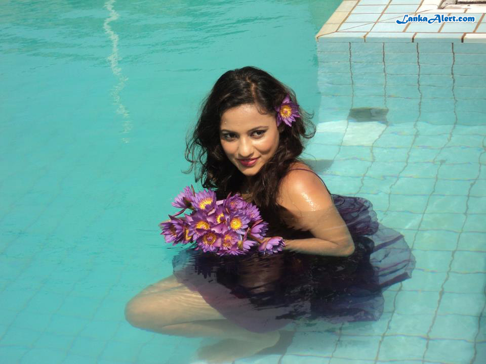 Hot Sl Actress: udari Before Underwater Photo Shoot Udari Warnakulasooriya Bikini With Underwater