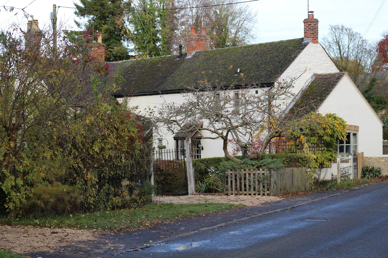 The village is full of beautiful little cottages and dreamy houses. If staying in Oxford long term meant we got to live in one of these beauties I could ... & Right on our Doorstep: Exploring Great Milton | Life With The Roof ... pezcame.com