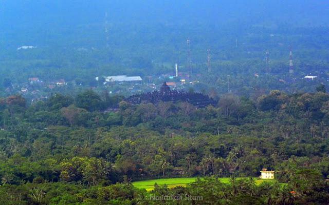 Memotret candi Borobudur dari perbukitan