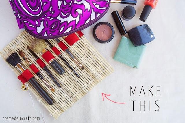 Organizador para brochas de maquillaje hecho con esterilla de sushi