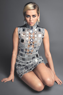 Miley Cyrus sedang mandi dan di intip hantu di apartemennya