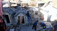 Akcija uklanjanja krovnih ploča sa stare napola urušene kamene kuće Dol slike otok Brač Online
