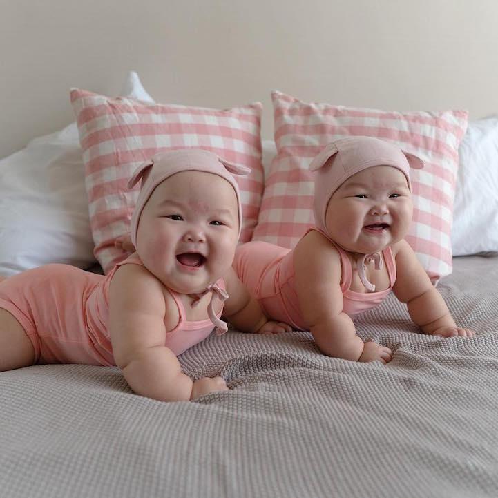 3930d8f2f Adoráveis gêmeas dão show de fofura em retratos criativos