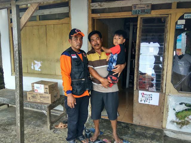 Raffa bersama ayah dan relawan kemanusiaan sinergi Lazismu Jember
