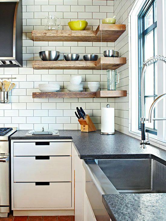 cozinha com prateleira  de canto em madeira armarios brancos