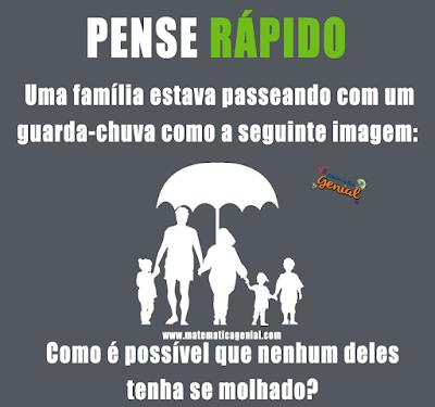 Uma família está passeando com um guarda-chuva...
