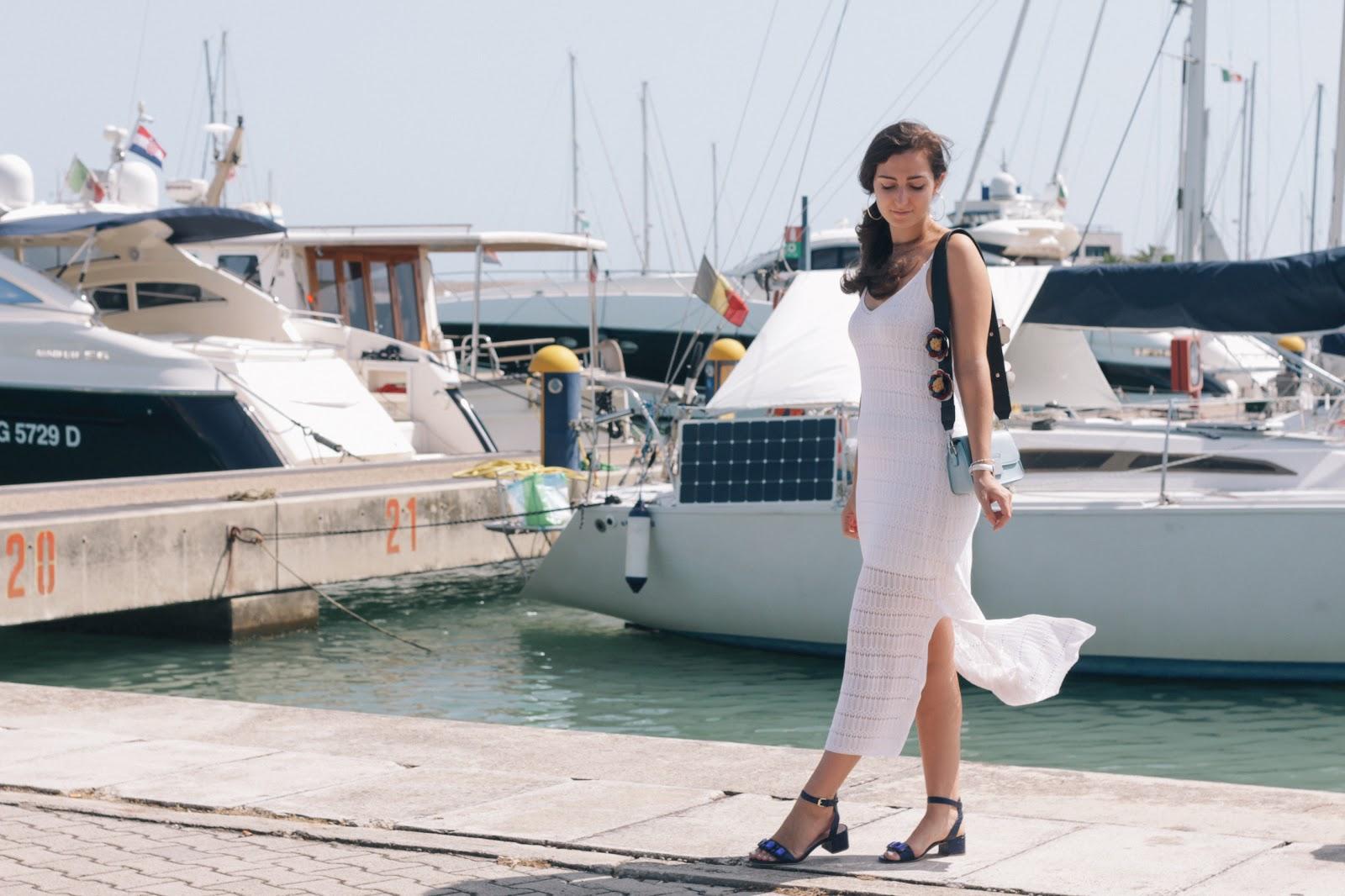 Vestito bianco lungo: come abbinarlo per essere comode e chic.