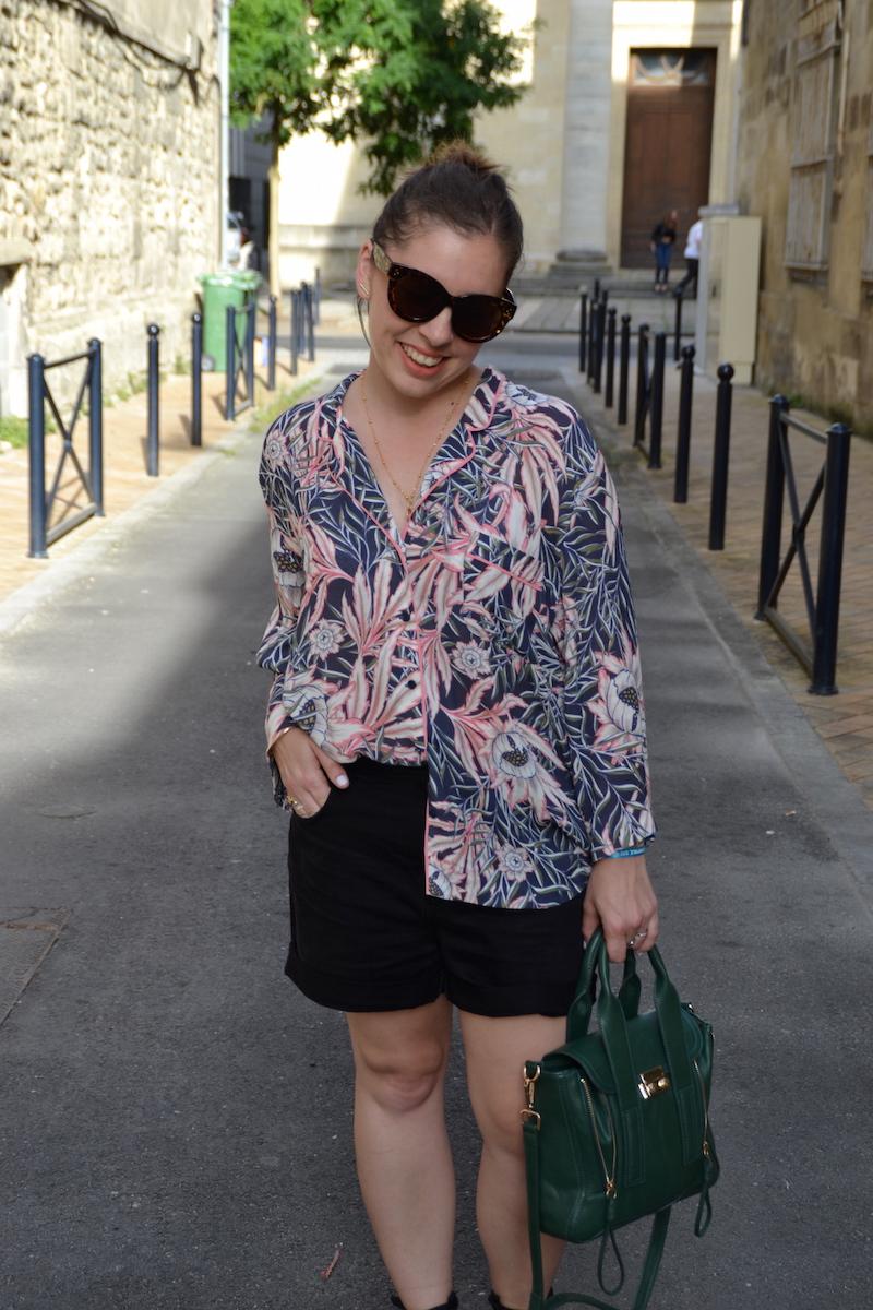 chemise imprimé tropical H&M, short en jean noir Pimkie, espadrilles ASOS, sac like Philip Lim