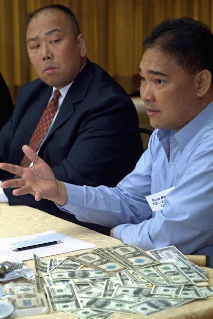 William Chan do Serviço Secreto de EUA e Ross Bautista, diretor do National Bureau of Investigation, mostram notas falsificadas