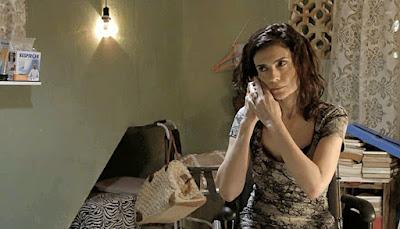 Leila (Arieta Corrêa) usa o celular para fazer uma denúncia anônima e entrega Magno à polícia em 'Amor de Mãe'